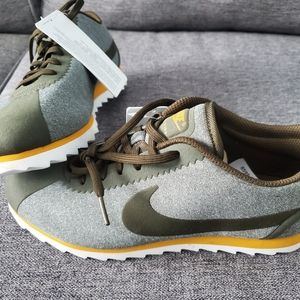 BNWT. Womens sample Nike shoes size 7